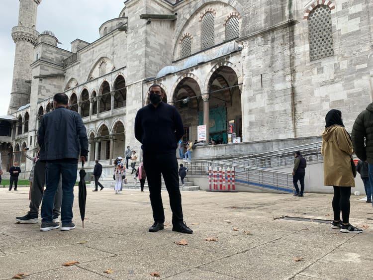 Junger Mann in Istanbul vor seiner Haartransplantation in der Türkei während Corona