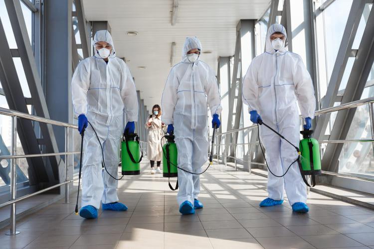 Reinigungsteam reinigt Klinik mit speziellen Geräten