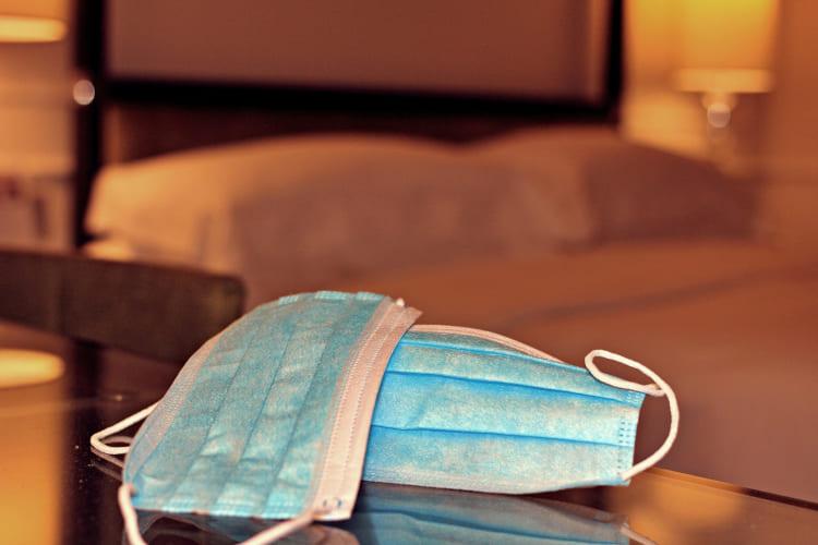 Schutzmasken auf einem Tisch im Hotelzimmer