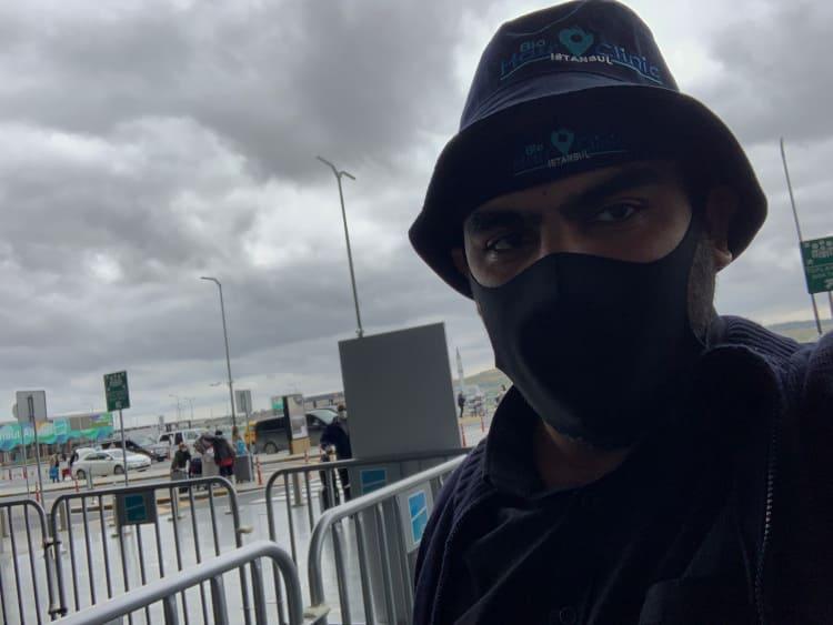 Junger Mann vor dem Flughafen in Istanbul nach der Haarbehandlung