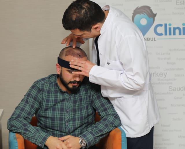 Dr. Ibrahim realizando una revisión al día siguiente del injerto capilar