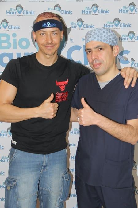 Dr. Ibrahim y paciente tras trasplante capilar Zafiro FUE
