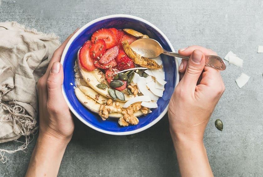 Bowl con alimentos con biotina para fortalecer el cabello