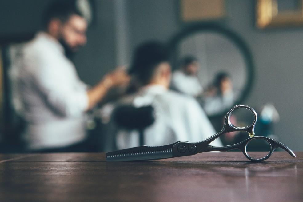 Corte de pelo tras injerto: ¿en casa o con peluquero?