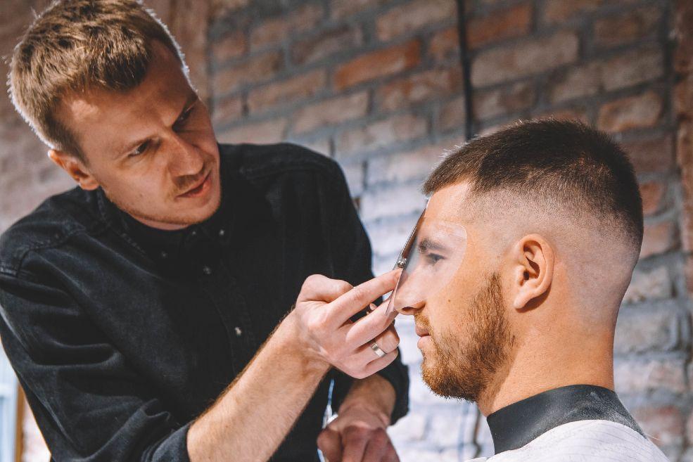 Peinarse y cortarse el pelo después del injerto capilar: ¿cuándo volver al peluquero?