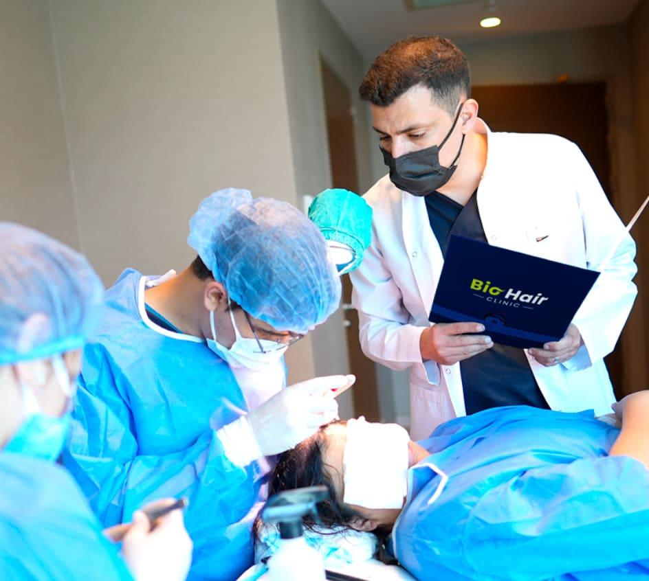 Dr.Ibrahim supervisando a su equipo durante un injerto capilar DHI