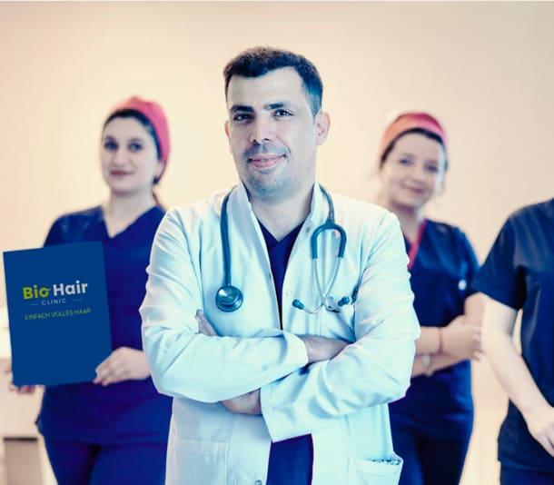 El Dr. Ibrahim, especialista en trasplantes capilares, y su equipo en segundo plano