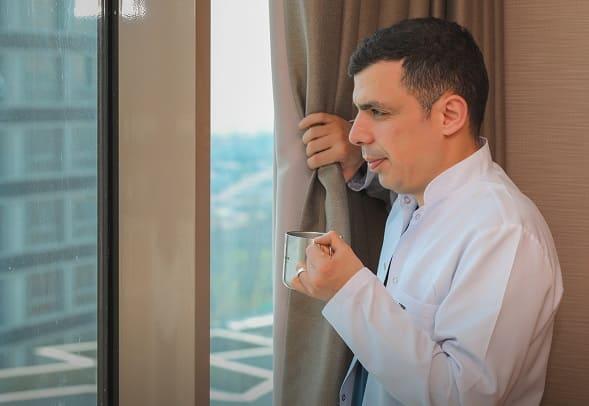 Dr. Ibrahim beve il caffè e guarda fuori dalla finestra
