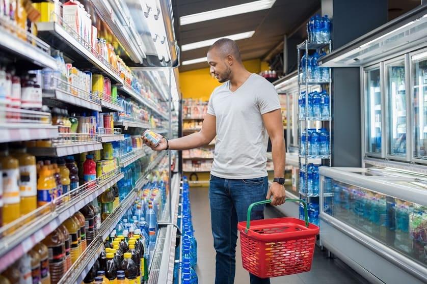 Uomo al supermercato