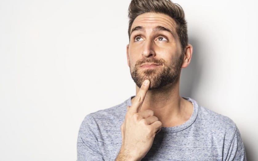 Uomo si tocca la barba