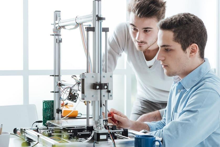 Studenti osservano stampante 3D