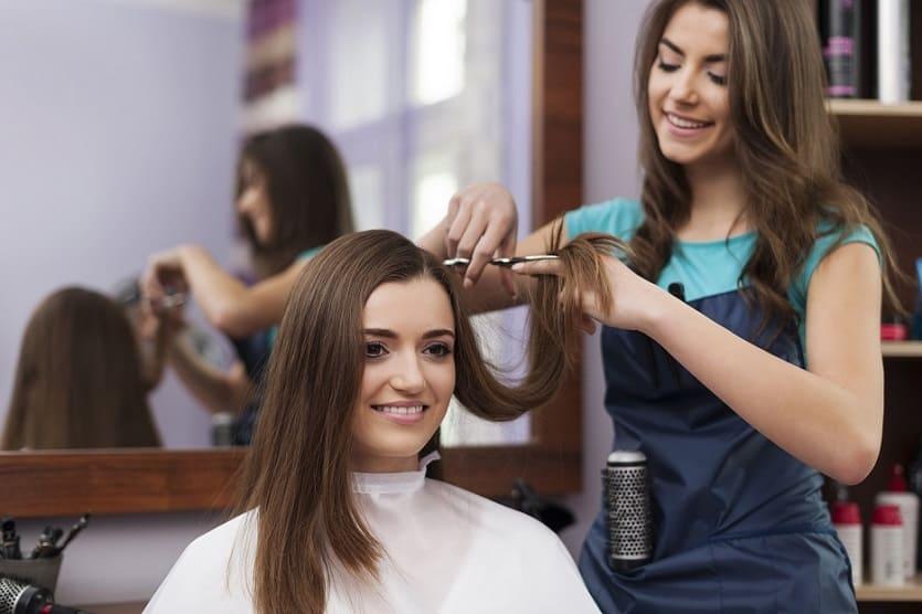 donna vuole nascondere la calvizie con un taglio capelli