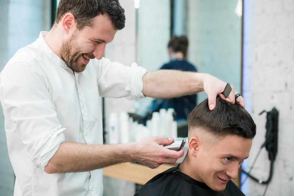 uomo nasconde la calvizie con taglio di capelli