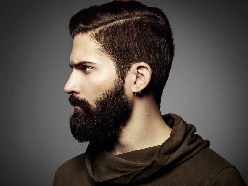 Uomo ha trapiantato peli barba