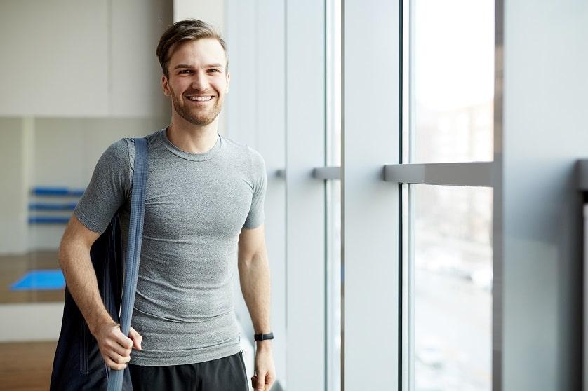 Ragazzo felice prima dell'allenamento