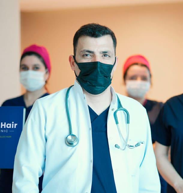 Dr. Ibrahim e la squadra con la mascherina chirurgica per il trapianto di capelli in Turchia al momento della Corona