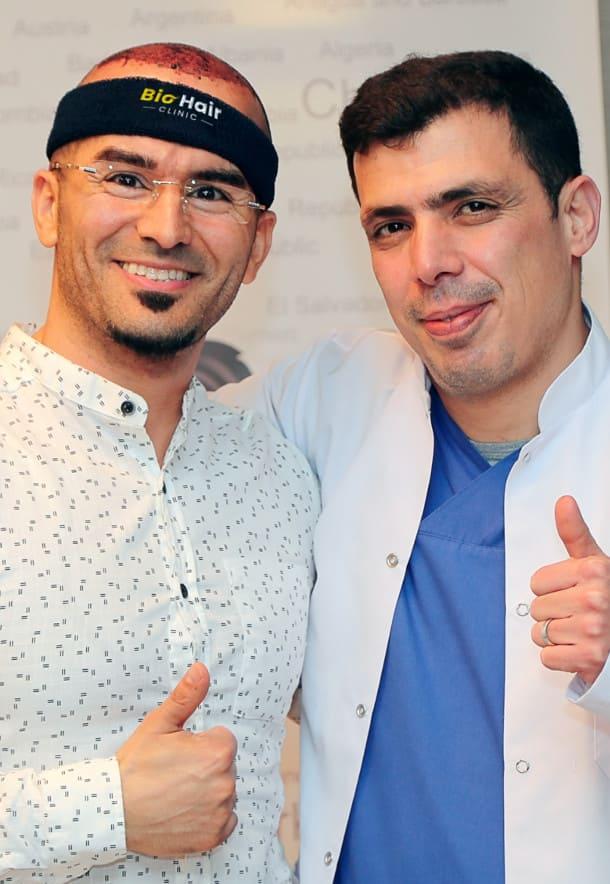 Dr. Ibrahim e paziente di trapianto di capelli con i pollici in su