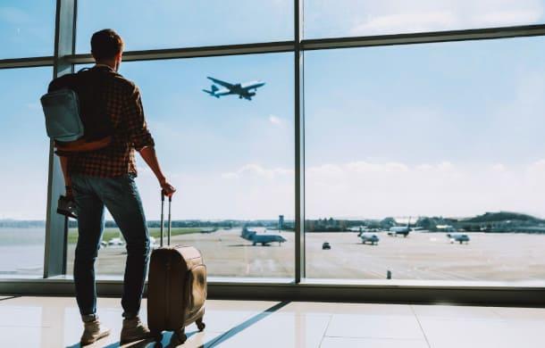 Il paziente maschio all'aeroporto sta aspettando il suo volo a casa