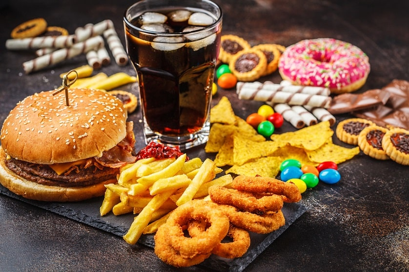 Tisch voller ungesunder Nahrung