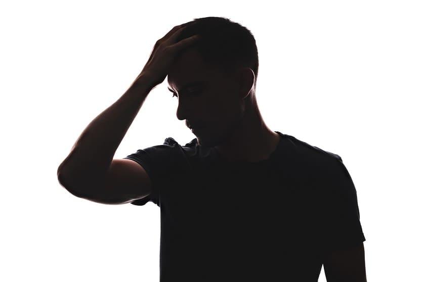 Silhouette von einem Jungen mit Haarausfall