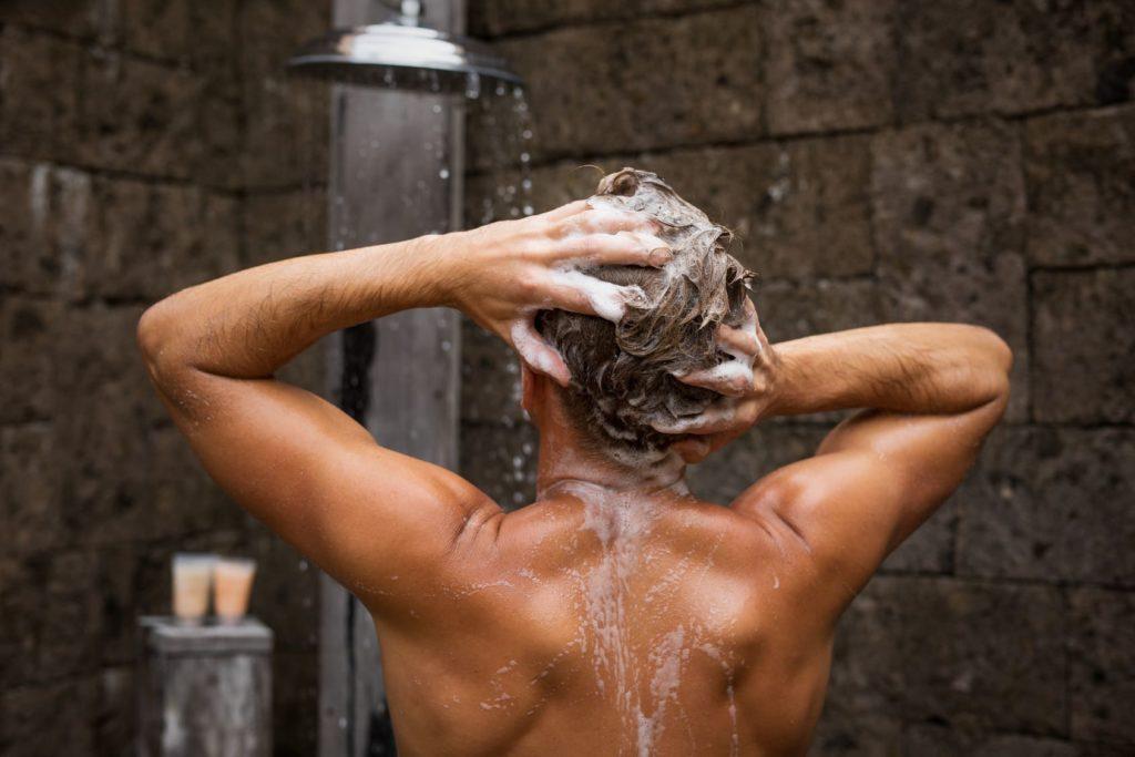 Tipps gegen Haarausfall - Haare waschen