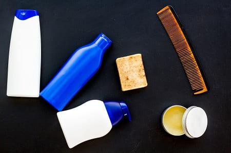 Pflegeprodukte beim Haare waschen können Haarverlust unterstützen