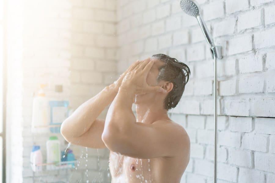 Haare waschen: Haarausfall während und nach der Haarwäsche