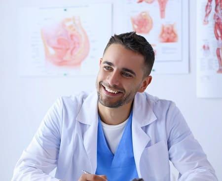 Arzt informiert ob die Haartransplantation von der Krankenkasse gezahlt wird