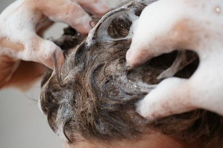 Nahaufnahme beim Haare waschen mit Haarausfall