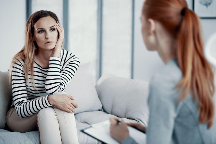 Frau bei einer Therapie aufgrund Ihrer Essstörung