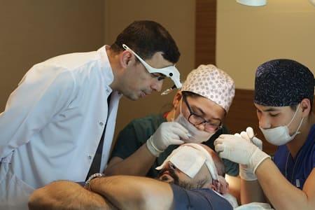 Instrumente für die Haartransplantation Dr. Ibrahim beaufsichtigt die Behandlung