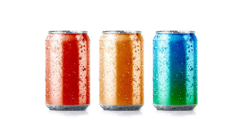 Drei Getränkedosen aus Aluminium in einer Reihe