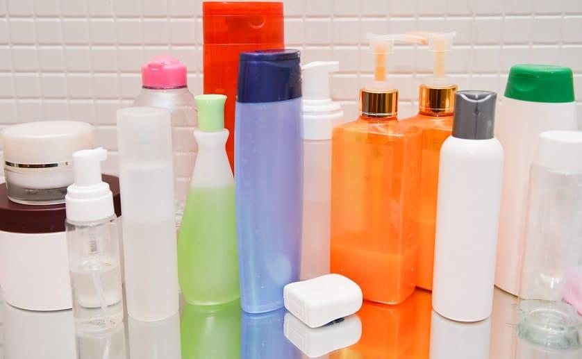 Verschiedene Pflegeprodukte in einer Reihe im Badezimmer