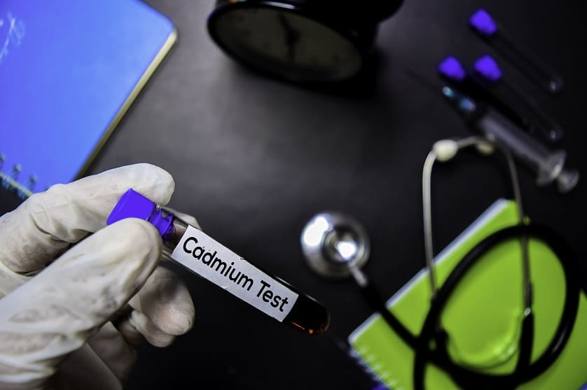 Arzt haelt eine Blutprobe fuer Cadmium in der Hand