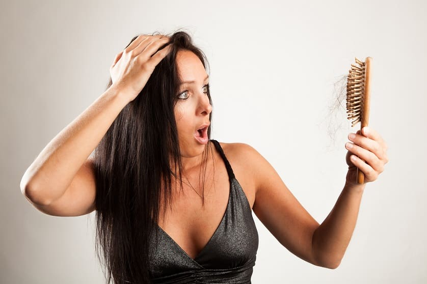 Frau ist schockiert wegen Haarausfall