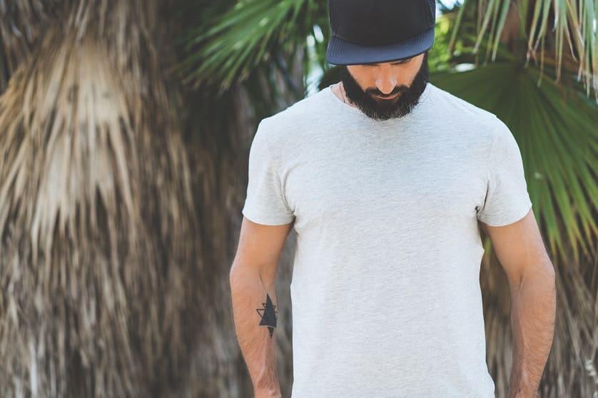 Mann mit Bart trägt Cap