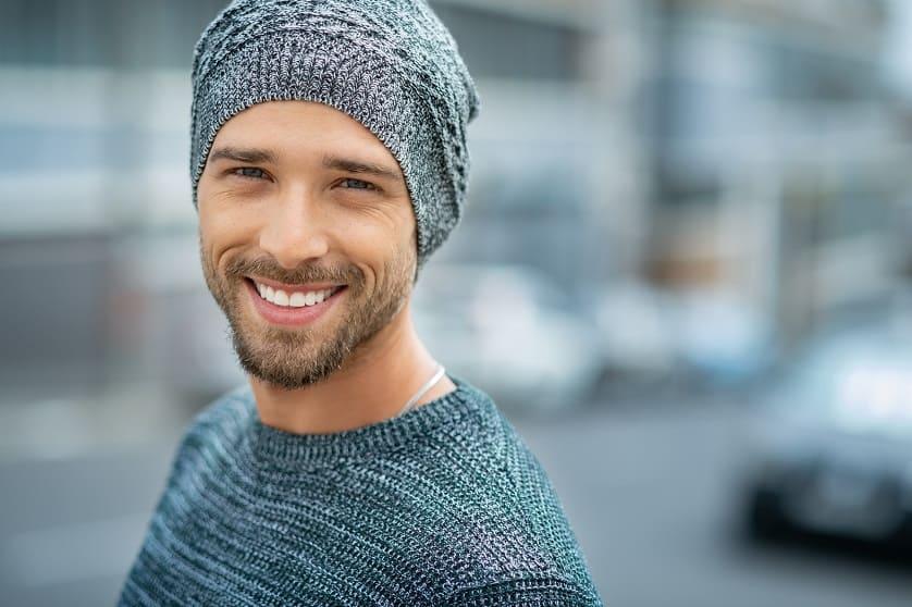 Mann trägt Mütze nach Haartransplantation