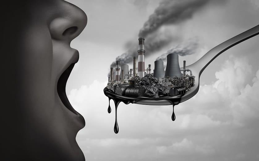 Animierter Mensch mit offenem Mund nimmt Schadstoffe auf einer Gabel in den Mund