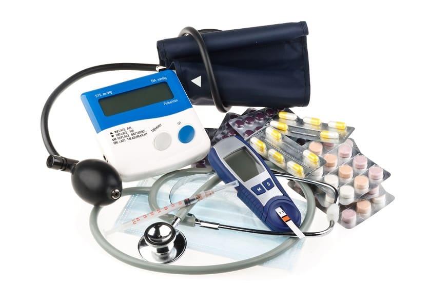 Blutdruck Medikamente und Geräte auf weißem Hintergrund