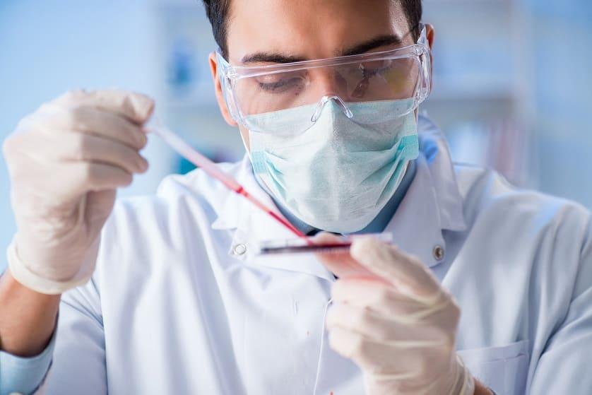 Arzt untersucht Blut