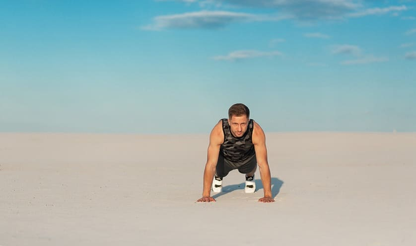 Mann betreibt sportliche Aktivität unter Sonnenlicht