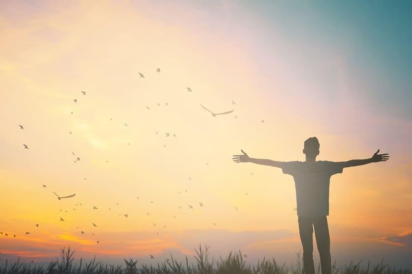 Mann genießt die Sonne nach Eigenhaarverfplanzung