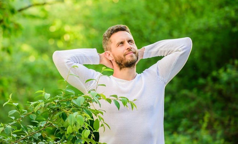 Mann genießt die Natur