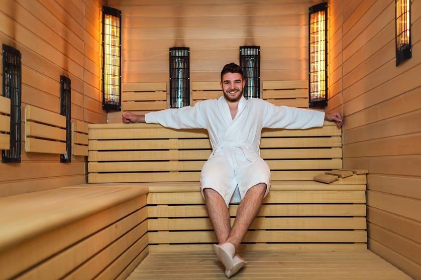 Mann sitzt in der Sauna