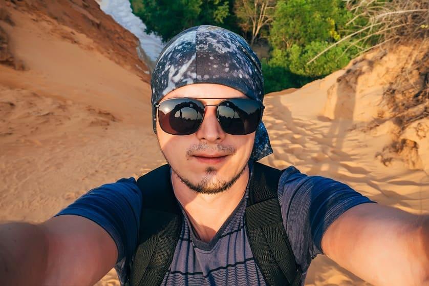 Kopftuch tragender Mann macht Selfie