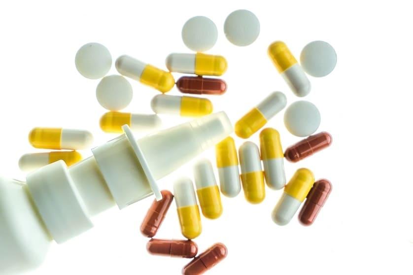 Medikamente und Tabletten auf weißem hintergrund