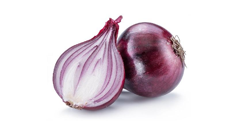 Eine in zwei geteilte Zwiebel neben einer ganzen Zwiebel
