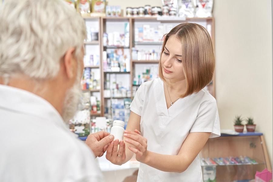Apothekerin gibt Informationen bezüglich der Anwendung eines Medikaments