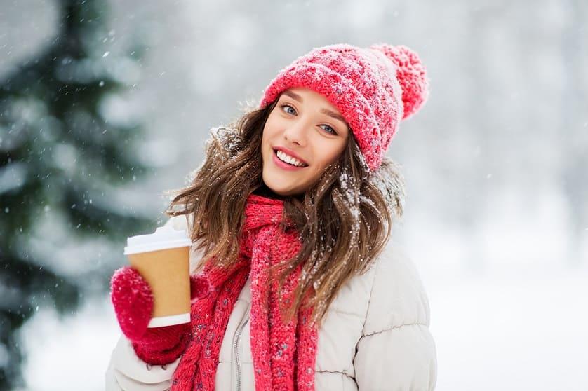 Frau trägt Mütze und Schaal an einem winterlichen Tag