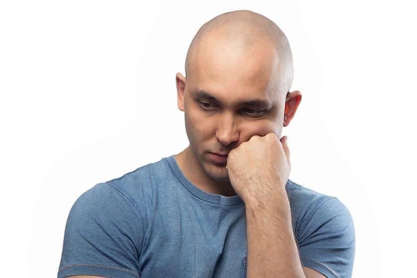 Mann leidet an Nebenwirkungen von Eliquis